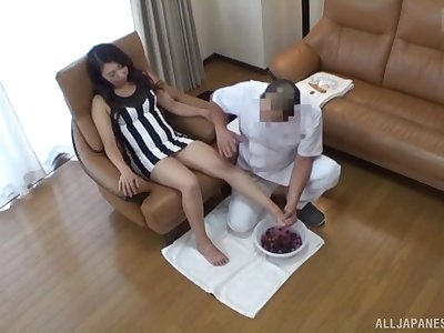 Amateur Japanese babe gets a foot and pussy massage